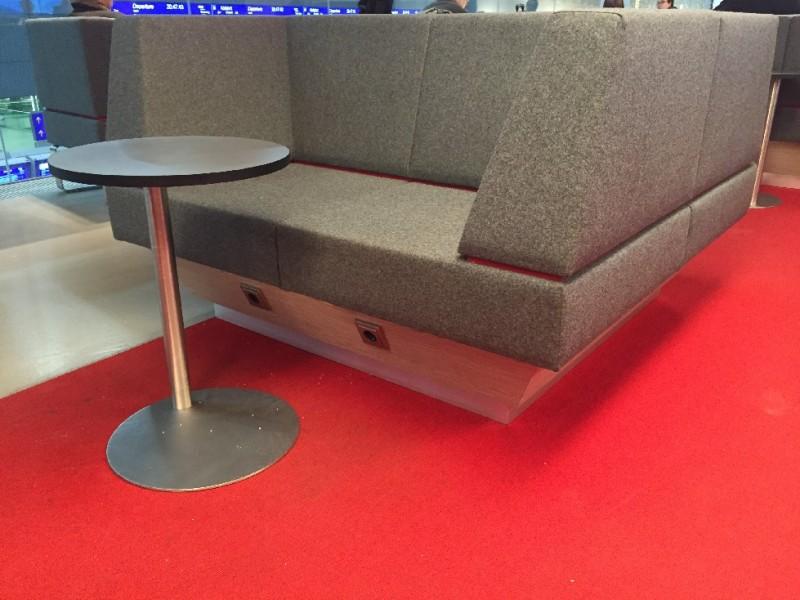 Erstaunlich bequeme Sessel mit Steckdosen in der ÖBB Lounge im Wiener Hauptbahnhof