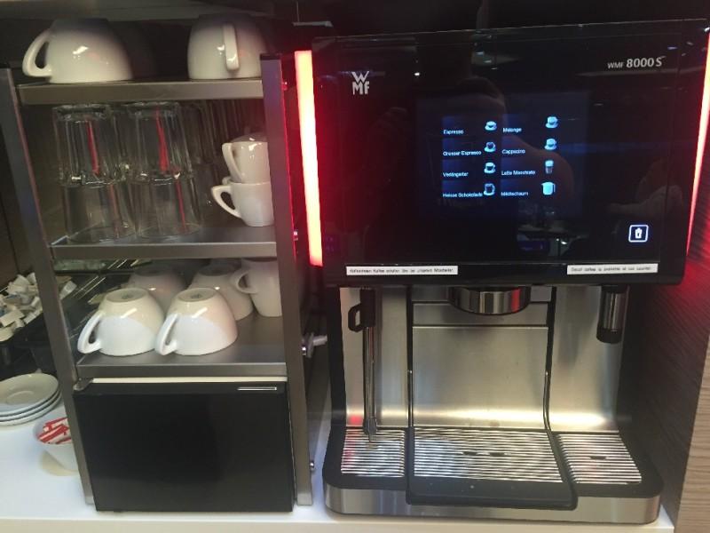 Kaffeemaschine in der ÖBB Lounge Wien Hauptbahnhof