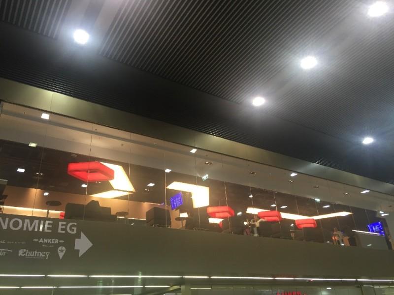 So sieht man die ÖBB Lounge von unten im Hauptbahnhof Wien