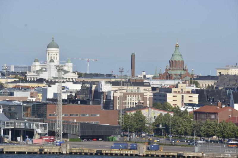 Dom von Helsinki (weiss) und die Uspenski-Kathedrale (rot) herangezoomt von der M/S Silja Symphony