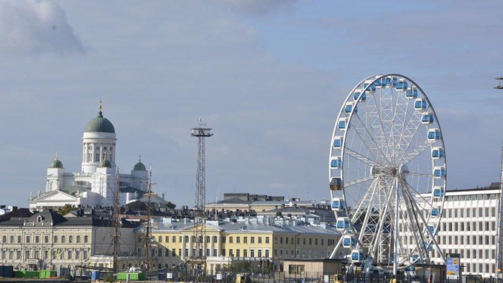 Finnair Skywheel und der Dom von Helsinki von der M/S Silja Symphony aus heran gezoomt