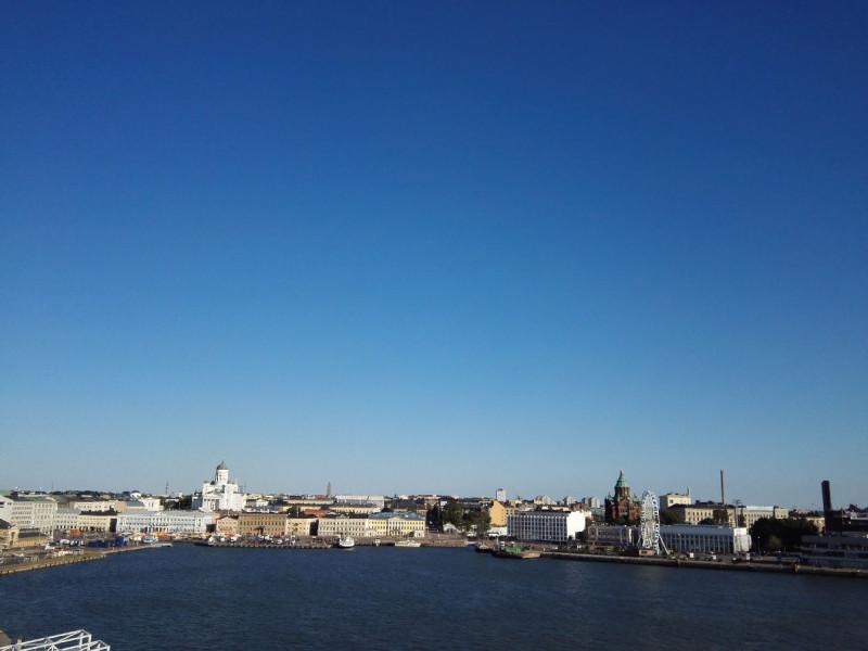 Links hinten in weiß der Dom von Helsinki, rechts hinten die Uspenski-Kathedrale (rot) und das Finnair Skywheel im Vordergrund