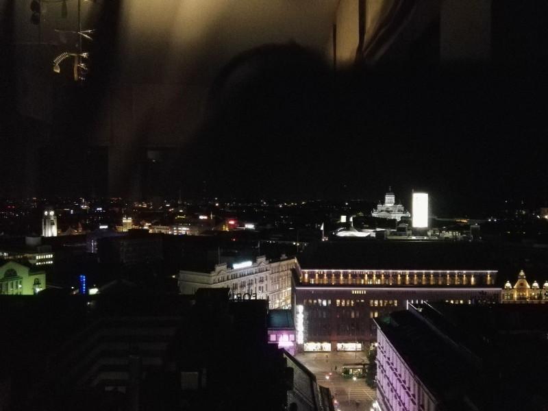 Ausblick aus dem Torni nachts über die Stadt - auch hier wieder der Dom von Helsinki sehr auffällig