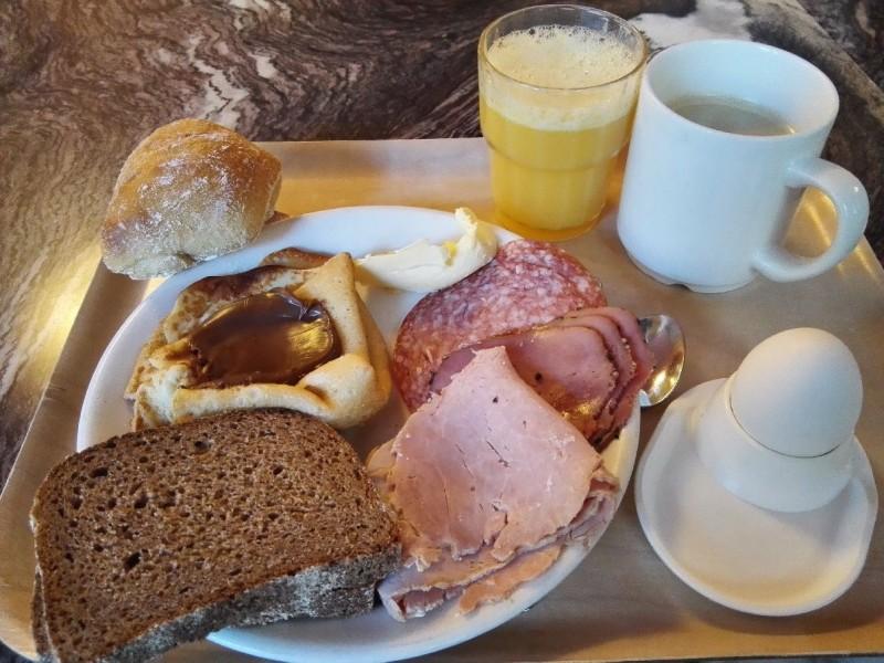 Mein Frühstücksteller mit Brot, Wurst und Pancakes im Hotel Anna Helsinki