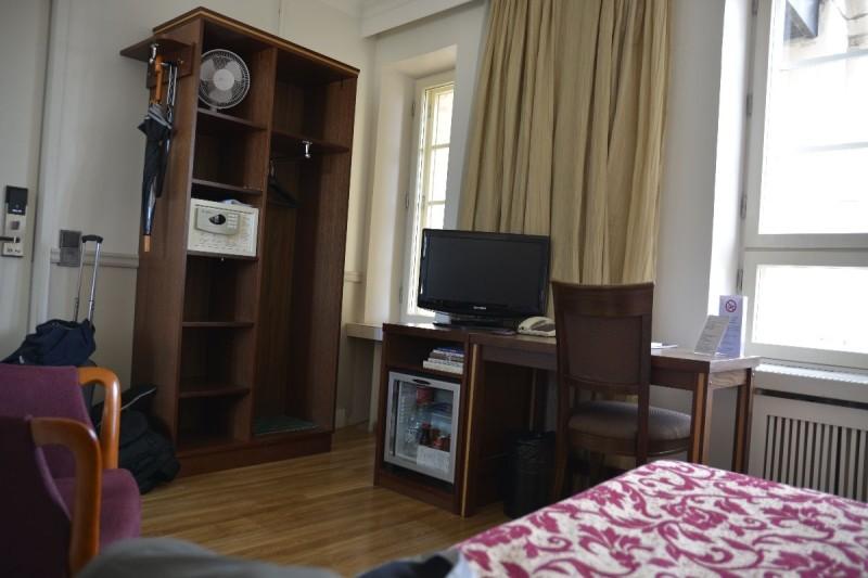 Blick vom Bett Richtung Schreibtisch, TV und Schrank im Hotel Anna Helsinki