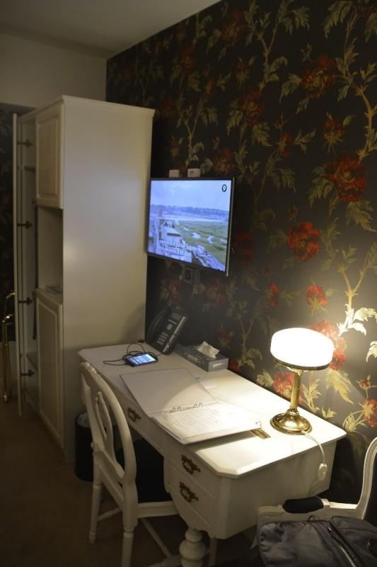 Schreibtisch mit Licht und Strom im Browallshof Hotell Stockholm