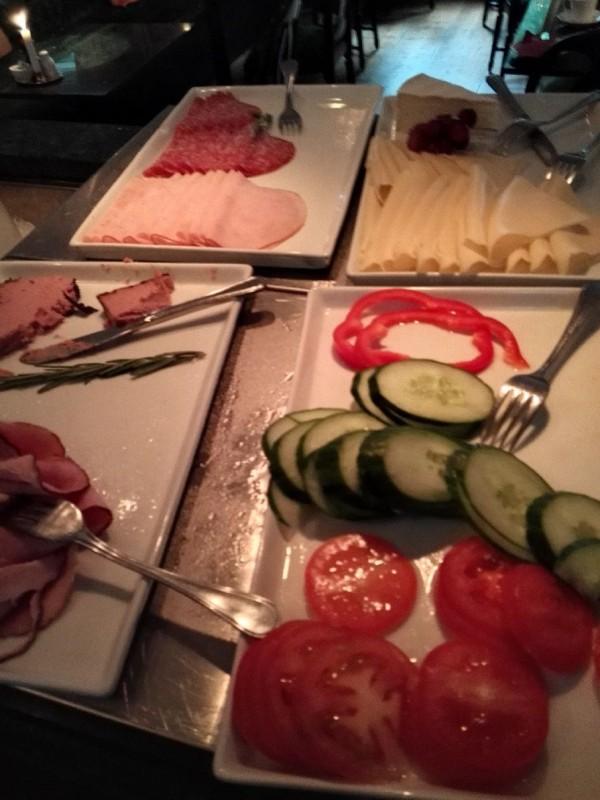 Wurst, Käse und Gemüse zum Frühstück im Bromwallshof Hotell Stockholm