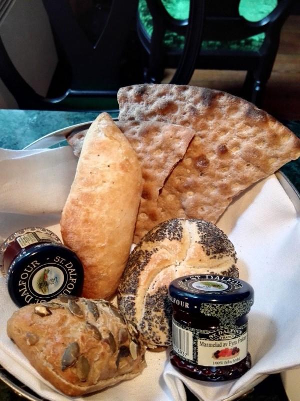 Brötchenkorb mit Marmelade im Browallshof Hotell zum Frühstück