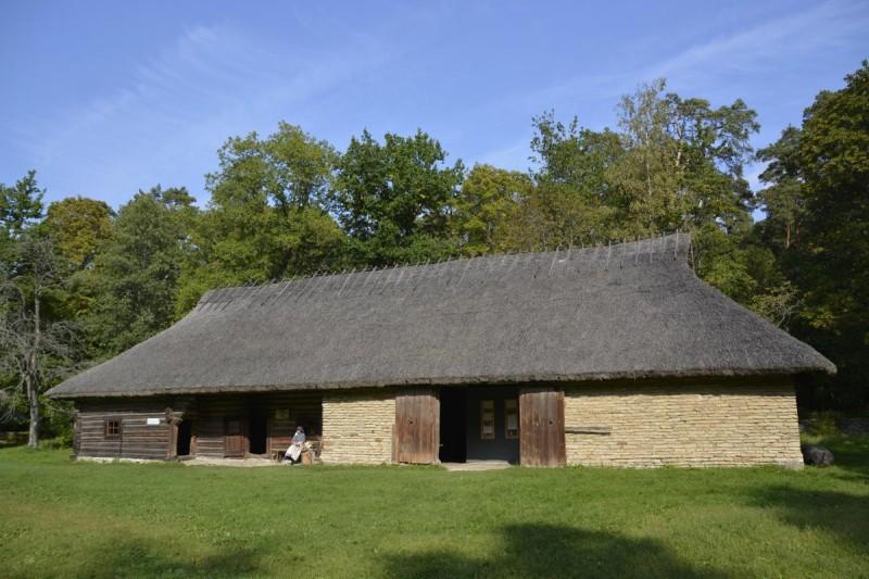 Eines der Bauernhäuser im Estnischen Freiluftmuseum bei Tallinn