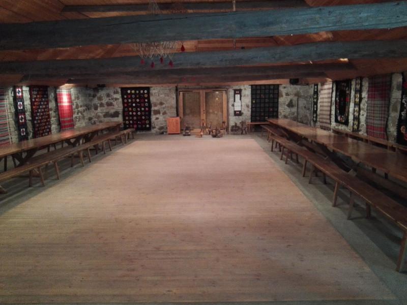 Großer Saal im Dorfkrug in der Dorfkneipe Kolu im estnischen Freiluftmuseum Tallinns