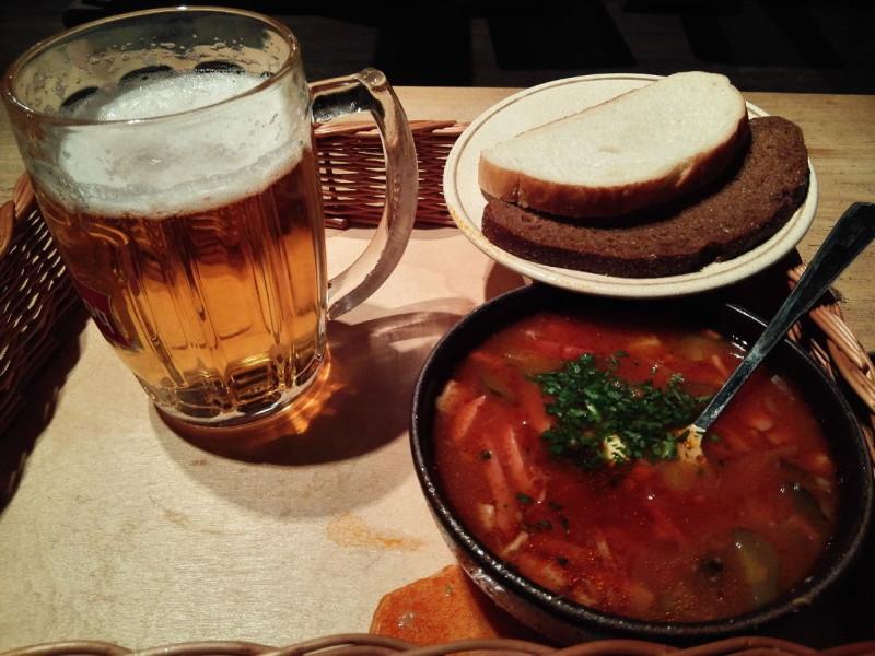 Soljanka für 2,80 EUR (lecker!) und ein Bier für faire 4,00 EUR im Freiluftmuseum Tallinn