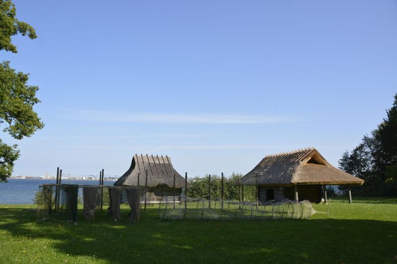 Netzschuppen zum Aufbewahren der Fischernetze und sonstiger Fischfanggeräte im estnischen Freiluftmuseum in Tallinn