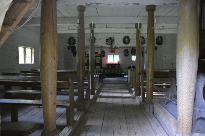 Ein Blick in den Kirchenraum der Kapelle Sutlepa im estnischen Freiluftmuseum Tallinn