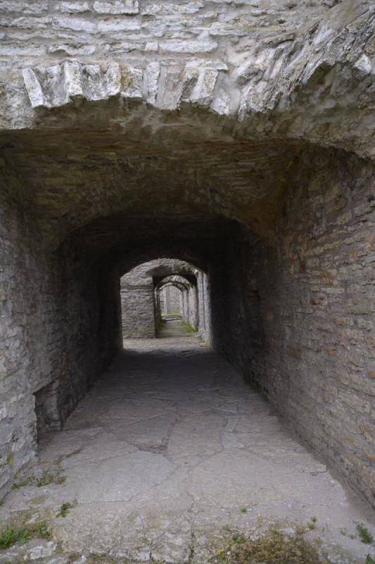 Ein Gang in der Ruine des Kloster Pirita