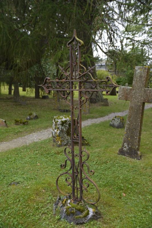 Metallkreuz und Steinkreuz auf dem Friedhof im Kloster Pirita bei Tallinn