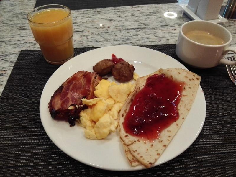 Frühstücksteller vom Bufett mit Pancakes mit Erdbeersosse, Ei und Speck im Talloink Spa & Conference Hotel Tallinn