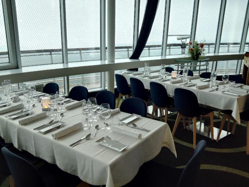 Eingedeckte Tische im Restaurant im Teletorn Tallinn
