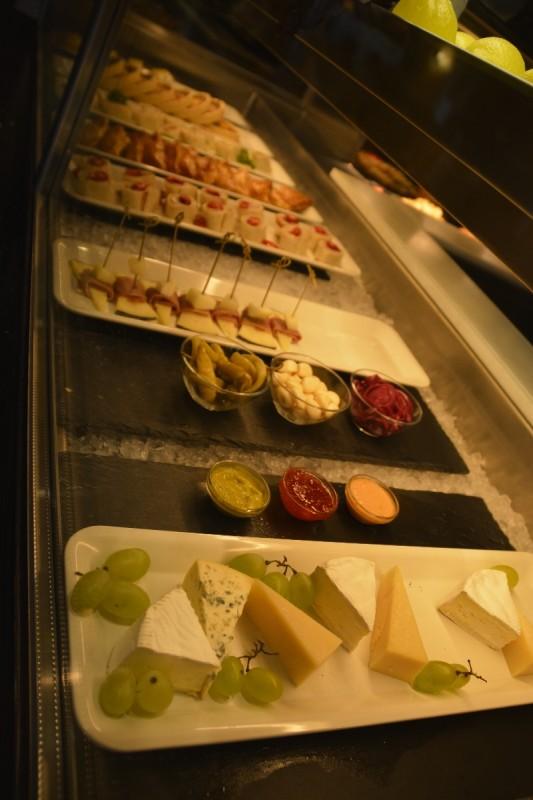 Käse und Desserts auf der M/S Isabelle auf dem Weg nach Riga