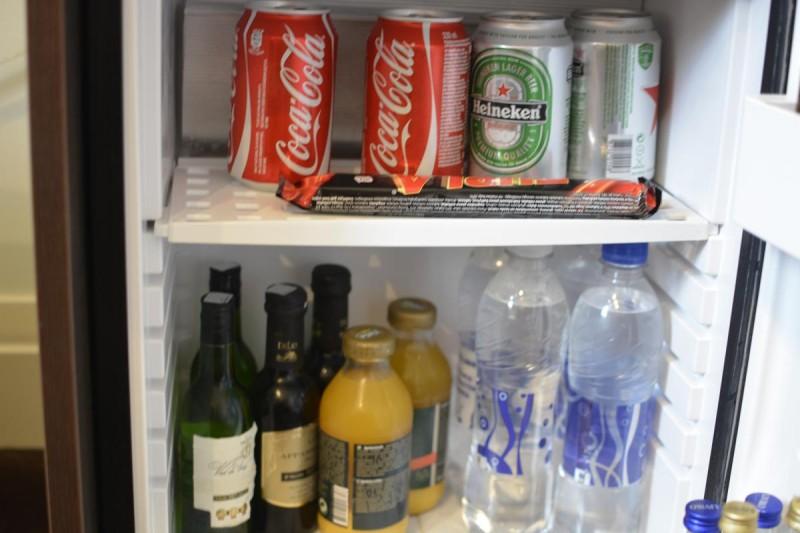 Softdrinks und Bier in der Minibar im Tallink Hotel Riga