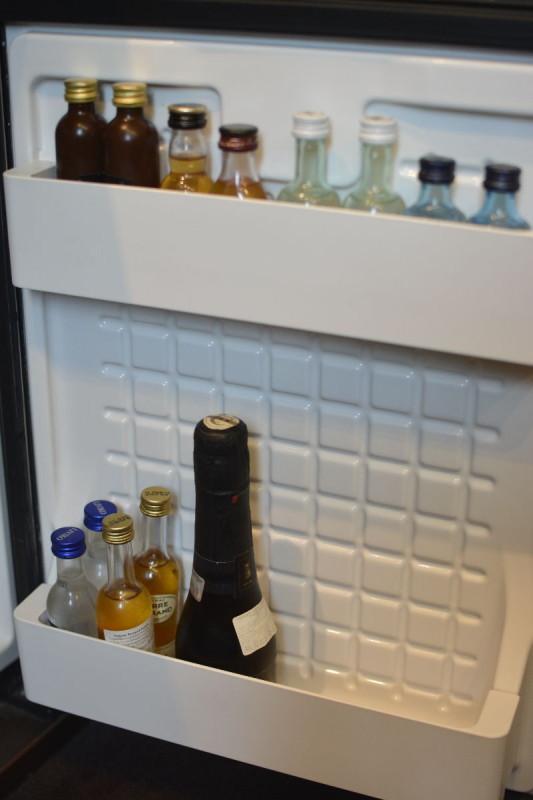 Andere Hälfte der Minibar mit Spirituosen im Tallink Hotel Riga