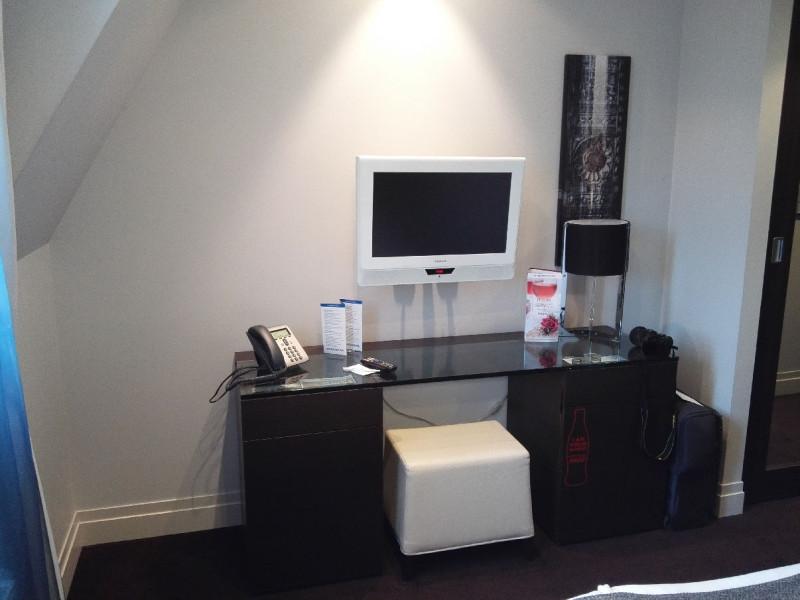 Schreibtisch und TV im Zimmer 615 des Tallink Hotel Riga