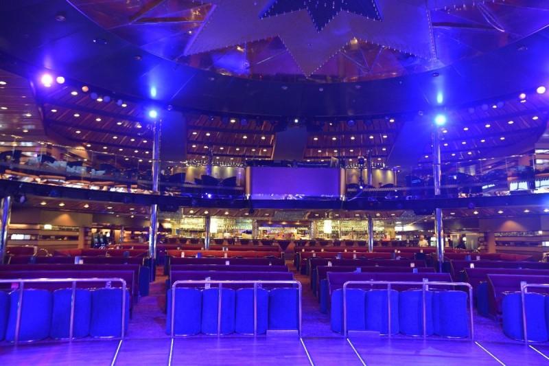 Ein Blick von der Bühne aus durch den Starlight Palace an Bord der M/S Romantika
