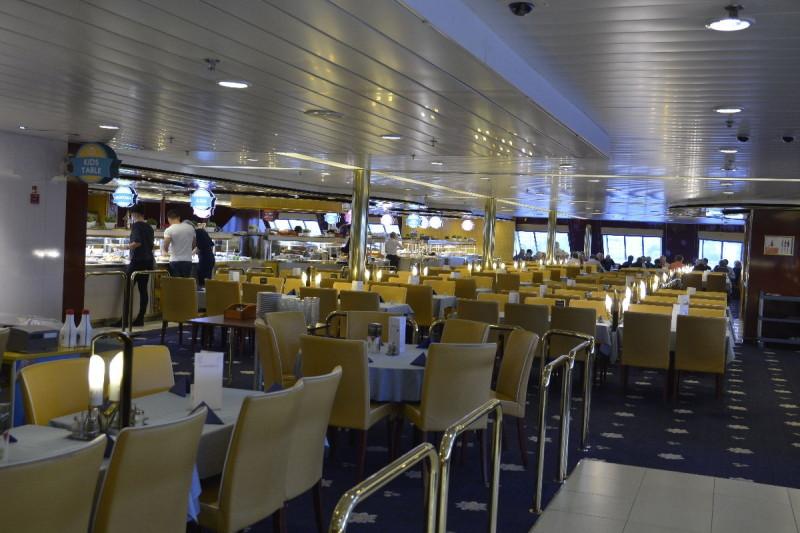 Ein Blick in das noch leere Buffet Tallink an Bord der M/S Romantika
