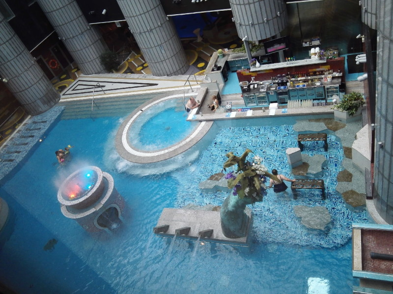 Der Pool inmitten des Tallink Spa & Conference Hotels