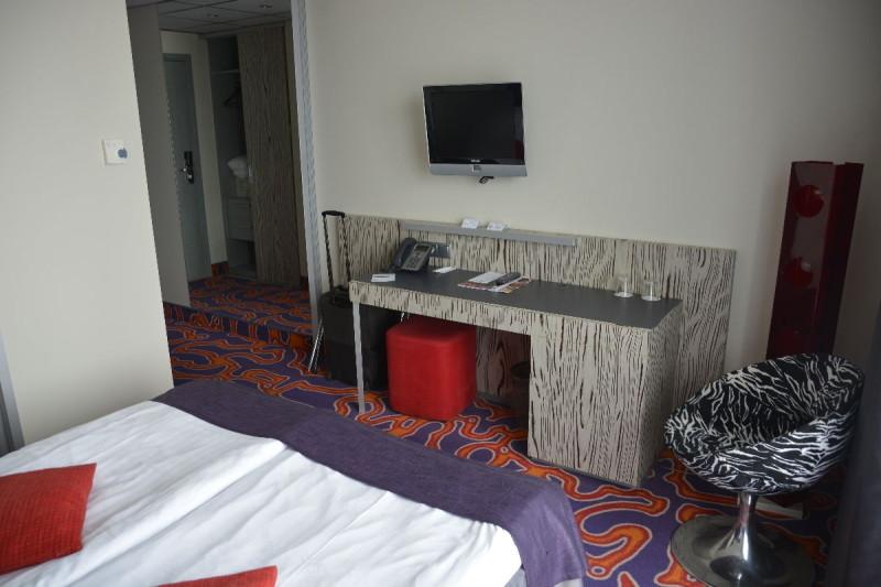 Schreibtisch und LCD-TV im Tallink Spa &Conference Hotel Tallinn