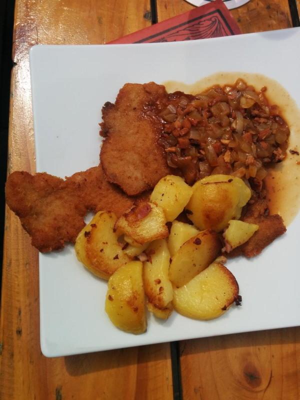 Kutscherschnitzel mit gebräunten Zwiebeln, gebratenem Speck und knusprigen Bratkartoffeln im Brauhaus Bönnsch
