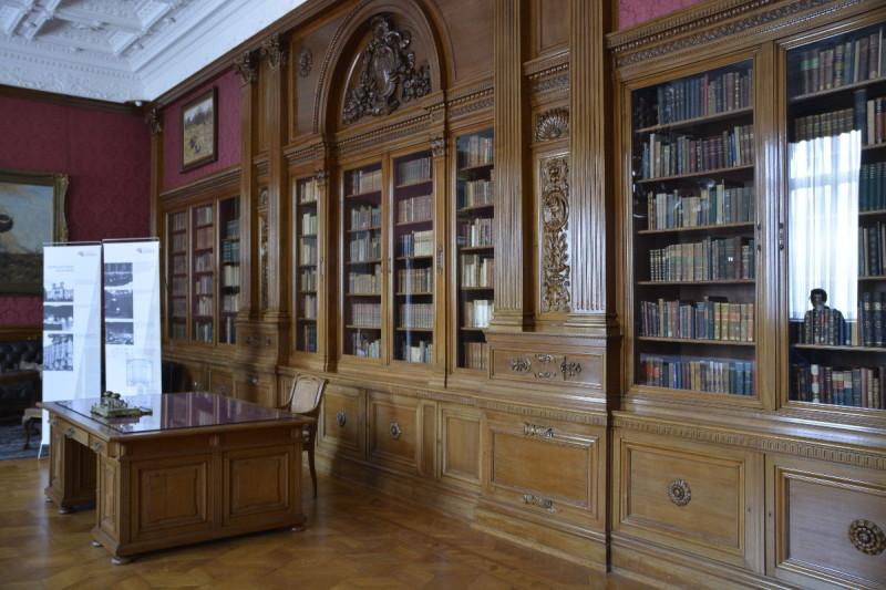Bibliothek mit Schreibtisch im Museum Koenig Bonn