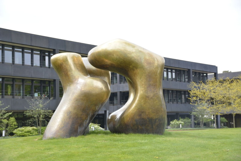 Skulptur Large two Forms von Henry Moore