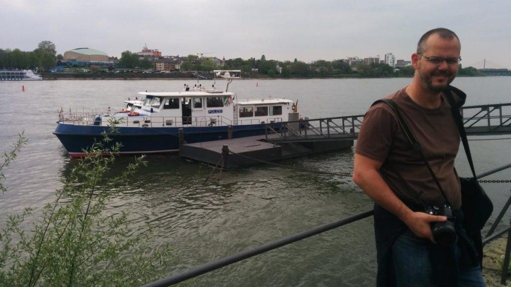 Kurz vor dem Betreten des Polizeischiffes in Bonn zu Rhein in Flammen
