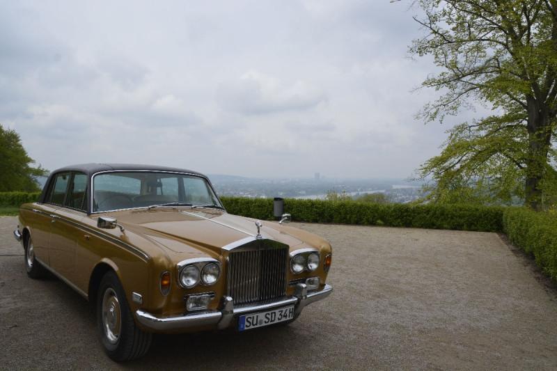 Rolls Royce vor deem Schloss Drachenburg - mit Ausblick Richtung Bonn