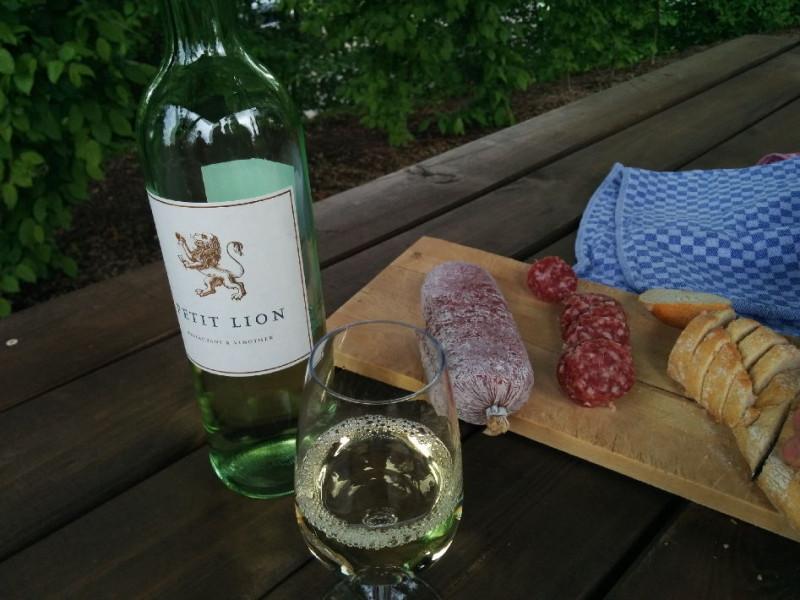 Wein und Salami bei der Schlenderweinprobe