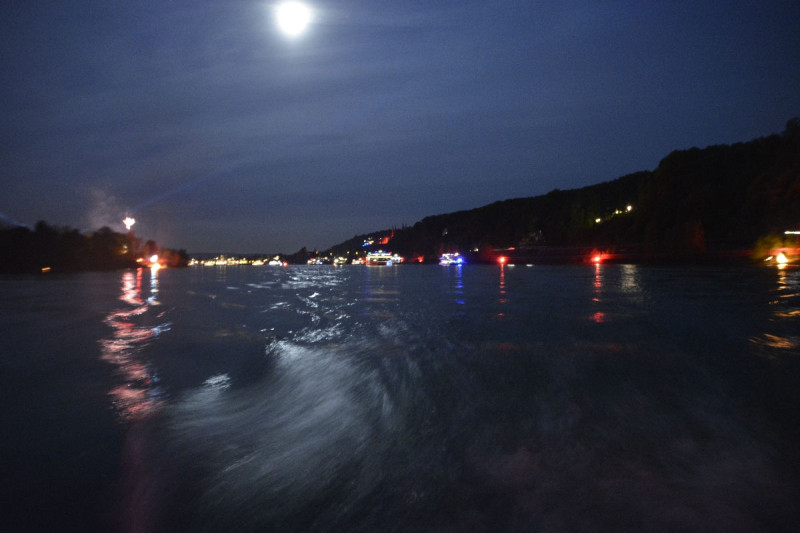leicht verschwurbeltes Bild der Schiffe und dem Mond bei Rhein in Flammen Bonn - aber mir gefällts
