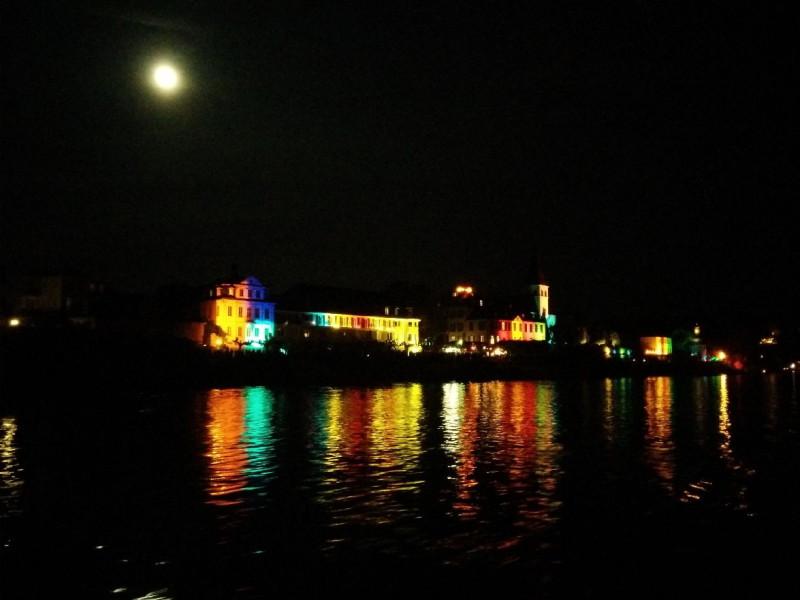 Zauberhaft schön illuminierte Häuser während Rhein in Flammen