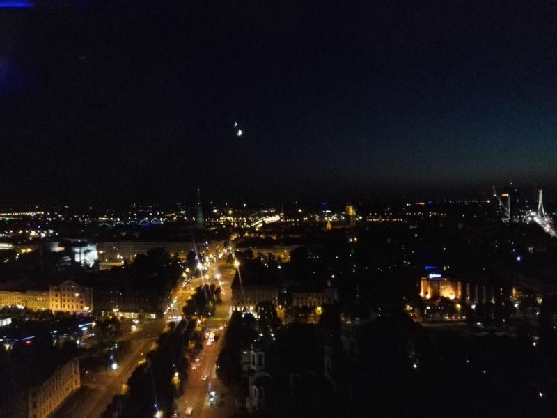 Ausblick mitten in der Nacht von der Skyline Bar im 26. Stock des Radisson Blu Latvija