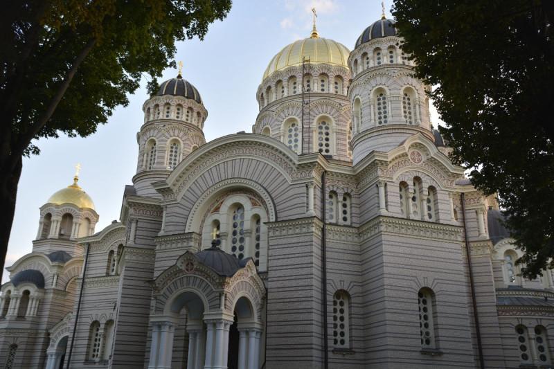 Die Geburtskathedrale in Riga von unten