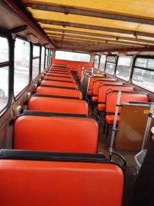 Immerhin mit neu bezogenen Sitzen
