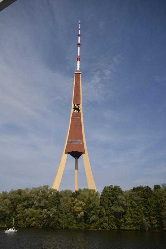 Der Fernsehturm von Riga von dem Flussärmel aus