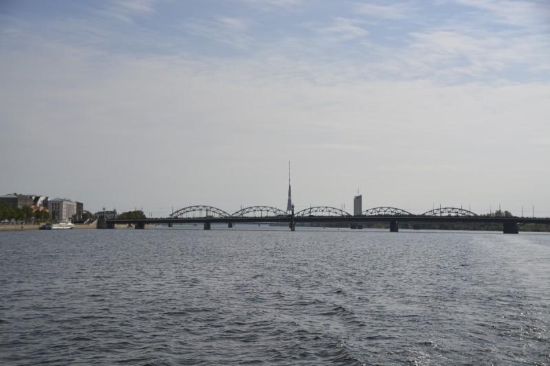 Eisenbahnbrücke und der Blick zurück auf den Fernsehturm Rigas