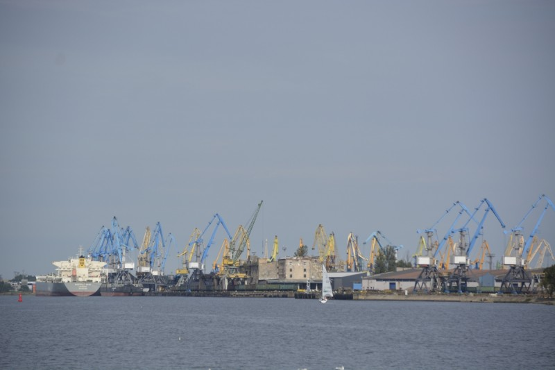 Kräne im Hafen von Riga