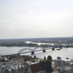 Ausblick von der St. Petrikirche über Riga mit der Eisenbahnbrücke