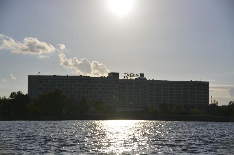 Radisson Blu Dagauva in der Nachmittagssonne Rigas