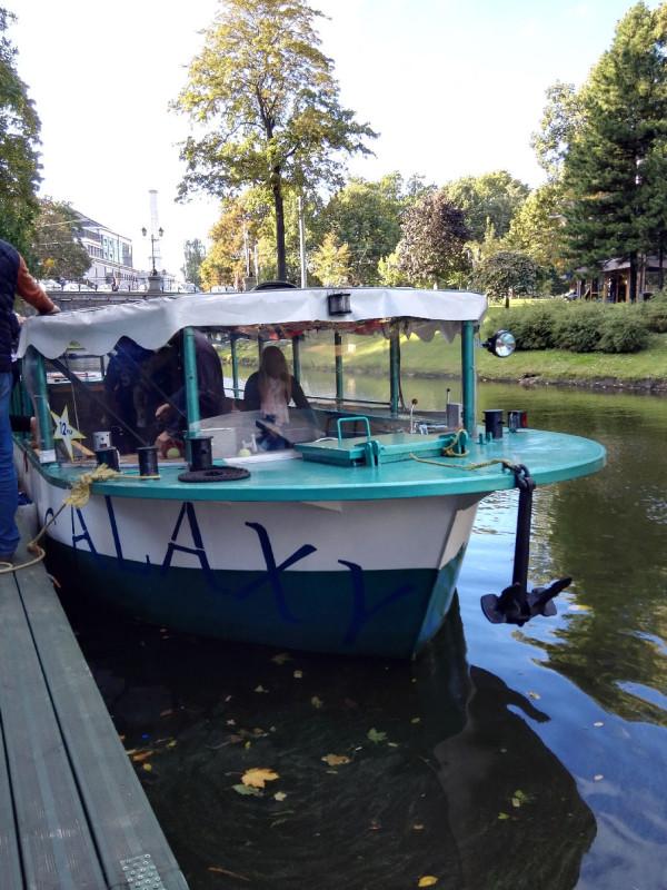 Die Galaxy von River Cruises wird leer für mich für eine Stadtrundfahrt durch die Kanäle von Riga
