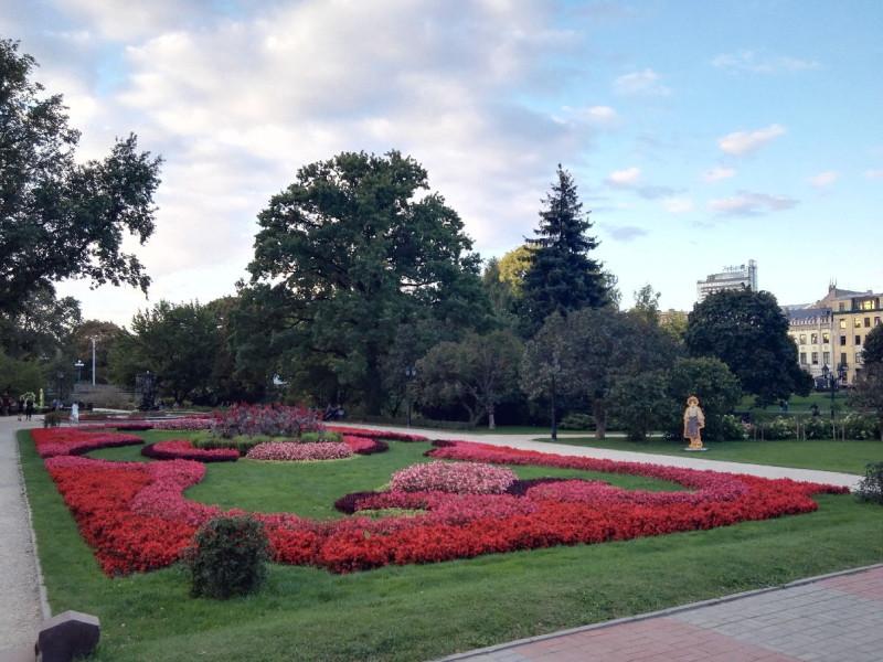 Blumenbeete vor der Lettischen Staatsoper in Riga