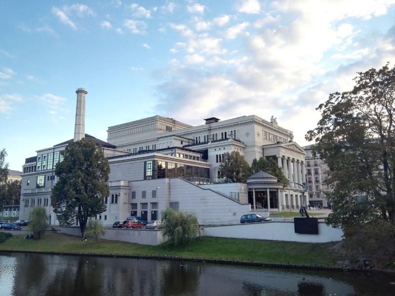 Die Lettische Staatsoper von der anderen Seite des Kanals aus in Riga
