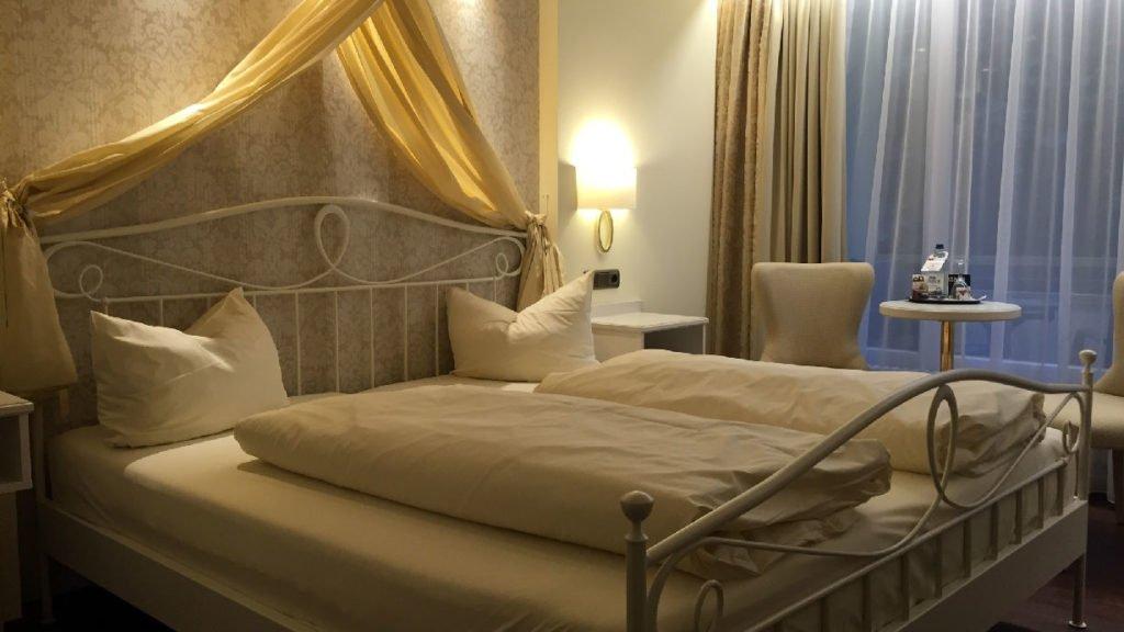 Romantisches Bett mit Schmuck