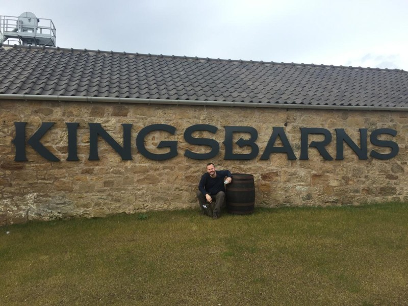 Reiseblogger Hubert Mayer vor der neuen Distille Kingbarns bei St. Andrews